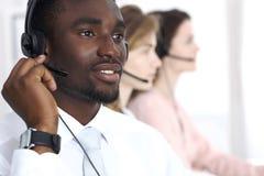 耳机的非裔美国人的电话操作员 电话中心事务或顾客服务概念 库存图片