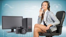 耳机的,台式计算机女实业家和 免版税库存照片