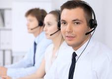 耳机的年轻商人 3d背景呼叫中心图象查出白色 免版税库存照片