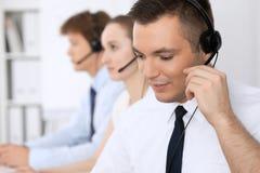 耳机的年轻商人 3d背景呼叫中心图象查出白色 图库摄影