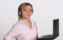 耳机膝上型计算机妇女年轻人 免版税图库摄影