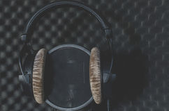 耳机话筒黑背景的录音室 免版税图库摄影