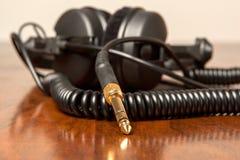 耳机连接器适配器-金子 库存照片