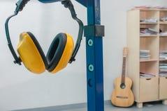 耳机防护工作黄色 免版税库存图片