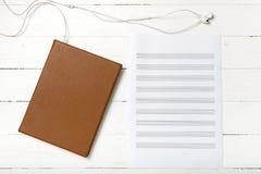 耳机音乐职员纸和书顶视图  库存照片