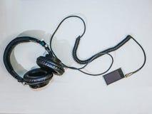 耳机顶视图连接了到MP3播放器 免版税图库摄影