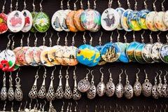 耳环待售在利沃夫州,乌克兰 库存图片