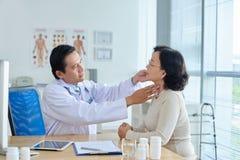 耳鼻喉科的专家审查的患者 免版税库存图片