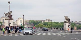 耶拿桥梁的看法 在桥梁上有步行者和 免版税库存照片