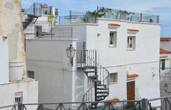 维耶斯泰- 9月17 :有大屋顶大阳台的典型的意大利房子 库存照片