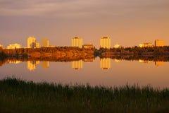 耶洛奈夫的日落反射在Frame湖,西北地区 免版税库存图片