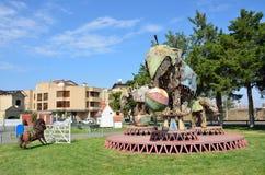 耶烈万,亚美尼亚, 2014年9月06日 亚美尼亚场面:没人,雕塑大象在生锈的金属板料竞技场  免版税库存照片