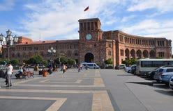 耶烈万,亚美尼亚- 2016年10月12日:在共和国正方形的香港礼宾府 免版税图库摄影