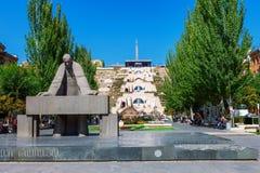 耶烈万,亚美尼亚- 2016年9月26日:亚历山大Tamanyan雕象在小瀑布复合体前面的 库存照片