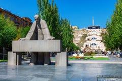 耶烈万,亚美尼亚- 2016年9月26日:亚历山大Tamanyan雕象在小瀑布复合体前面的 免版税图库摄影