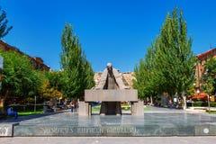 耶烈万,亚美尼亚- 2016年9月26日:亚历山大Tamanyan雕象在小瀑布复合体前面的 图库摄影