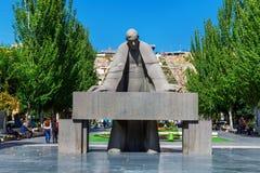 耶烈万,亚美尼亚- 2016年9月26日:亚历山大Tamanyan雕象在小瀑布复合体前面的 库存图片
