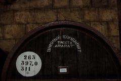 耶烈万,亚美尼亚- 2016年12月30日:木桶在白兰地酒工厂诺伊地窖的年迈的酒  库存照片