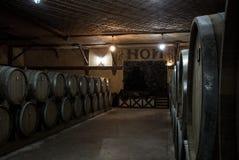 耶烈万,亚美尼亚- 2016年12月30日:木桶在耶烈万的白兰地酒工厂诺伊地窖的年迈的科涅克白兰地  免版税库存照片