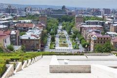 耶烈万,亚美尼亚- 2016年5月02日:耶烈万看法从小瀑布, Tr的 免版税库存图片