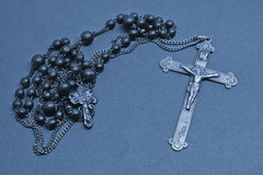 耶稣受难象和念珠 免版税库存照片
