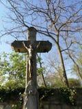 耶稣受难象在坟园 免版税库存图片