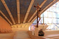 耶稣受难象在Padre Pio朝圣教会,意大利里 库存照片