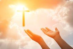 耶稣受难象或十字架和神光 库存照片