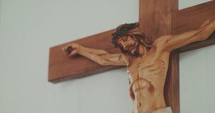 耶稣受难象的耶稣基督在教会里 股票视频