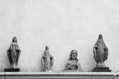 耶稣和墙壁背景的圣母玛丽亚雕象  免版税库存照片