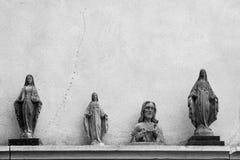 耶稣和墙壁背景的圣母玛丽亚雕象  库存图片