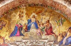 耶稣和他的十字架马赛克从圣Marco大教堂的外面在威尼斯,意大利 图库摄影
