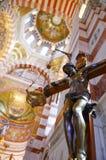 耶稣在十字架,在十字架上钉死被钉牢了 大教堂Notre Dame de la加尔德角内部在马赛,法国 免版税图库摄影
