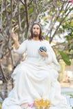 耶稣在他的手上的拿着世界 免版税库存图片