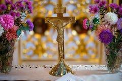 耶稣基督发怒在十字架上钉死在教会里 图库摄影