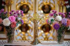 耶稣基督发怒在十字架上钉死在教会里 库存照片