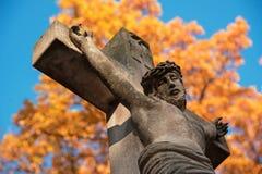 耶稣基督在十字架上钉死一个石十字架的在背景o 库存图片