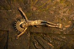 耶稣基督在十字架上钉死一个石坟墓的作为标志  图库摄影
