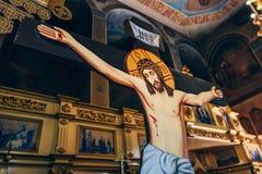 耶稣基督在十字架上钉死法坛的背景的在教会或大教堂里 库存图片