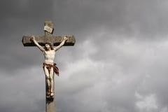 耶稣基督在十字架上钉死雕塑 免版税库存照片