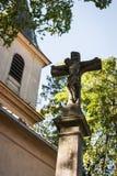 耶稣基督在十字架上钉死雕象在一个天主教会前面的 库存图片