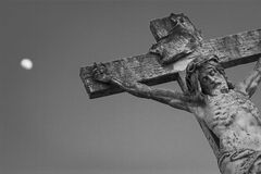 耶稣基督在十字架上钉死天空和m的背景的 免版税库存图片