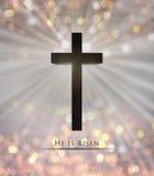 耶稣基督木十字架和他是复活节的上升的文本 库存图片