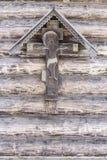 耶稣基督痛苦在老木墙壁上的 免版税库存照片