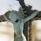 耶稣基督迫害了一个古老木雕塑 库存图片