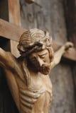 耶稣基督迫害了(一个古老木雕塑) 免版税库存照片