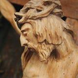 耶稣基督迫害了(一个古老木雕塑) 免版税图库摄影