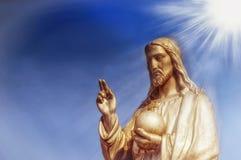 耶稣基督雕象他拿着与十字架的球形作为基督教受托职责的标志在地球上的 免版税图库摄影