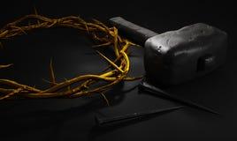 耶稣基督-与锤子钉子和金子C的十字架在十字架上钉死  库存照片