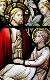 耶稣奇迹:治疗彩色玻璃的一个病的人 免版税图库摄影